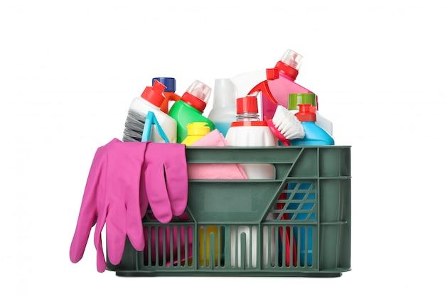 Cestino con detersivo e prodotti per la pulizia isolati su bianco
