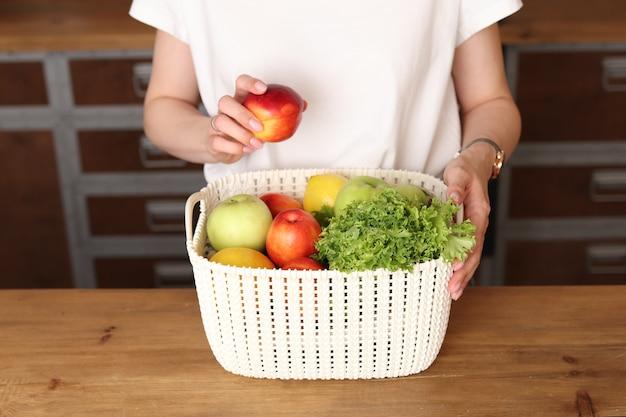 Cestino con frutta e verdura