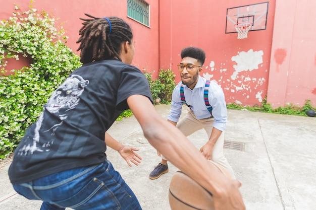 Cestino da gioco all'aperto di due giovani