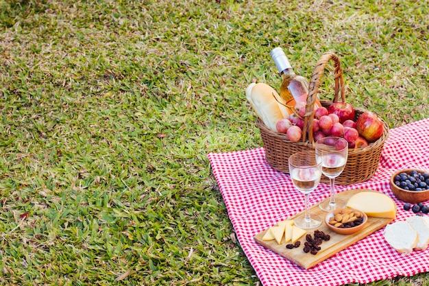 Cestino da picnic sul panno della cucina con spazio di copia