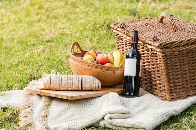 Cestino da picnic sull'erba