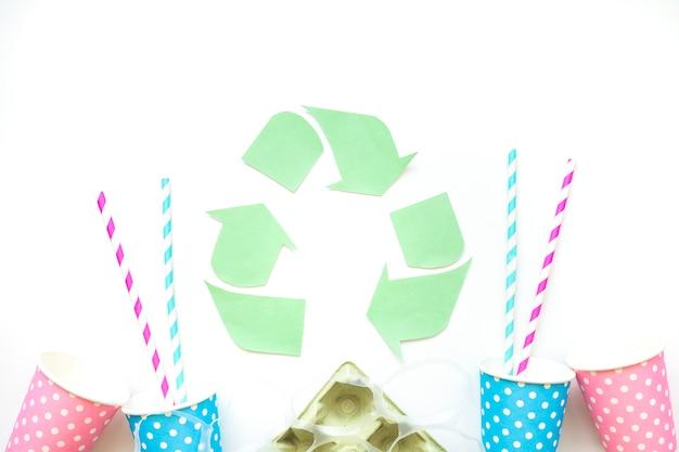 Cestino di carta con simbolo di riciclo