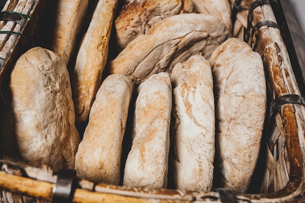 Cestino di pane cotto con forno a legna
