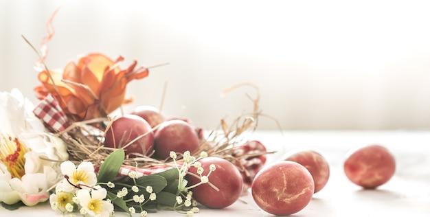 Cestino ed uova di pasqua con i fiori