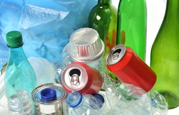 Cestino per il riciclaggio con, bottiglie di vetro, lattine, bottiglia di plastica e lampadina