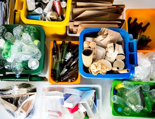 Cestino per riciclare e ridurre l'ambiente ecologico