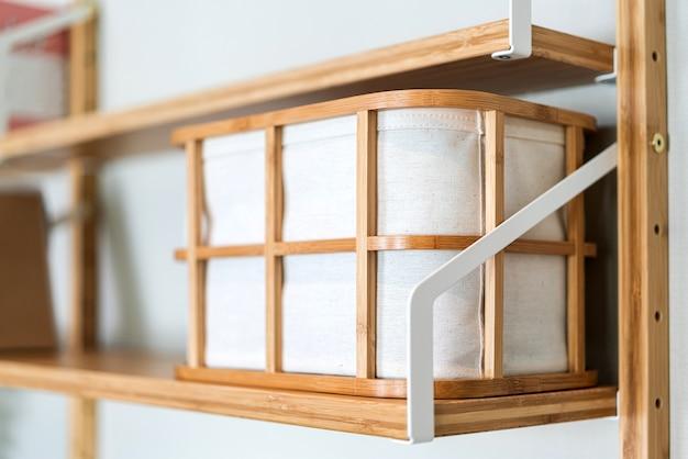 Cestino portaoggetti con struttura in legno sul ripiano