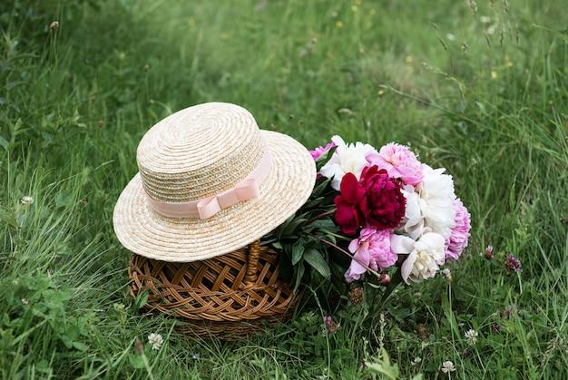 Cesto con fiori di peonia