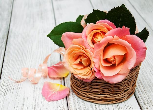 Cesto con rose rosa