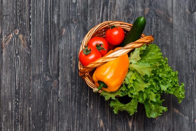 Cesto con verdure fresche su un tavolo rustico