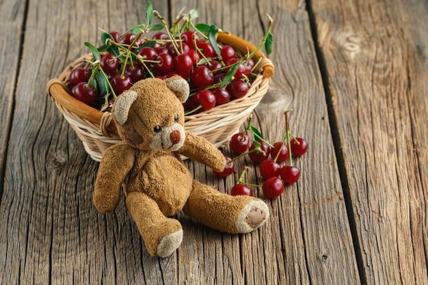 Cesto di ciliegie sul tavolo