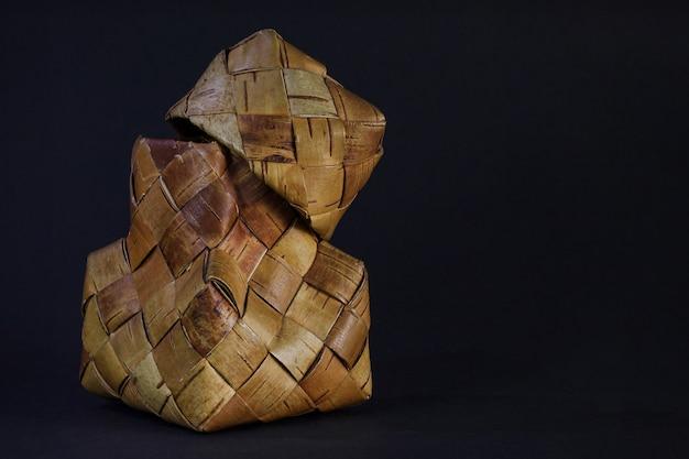 Cesto di corteccia di betulla su fondo nero con posto per testo