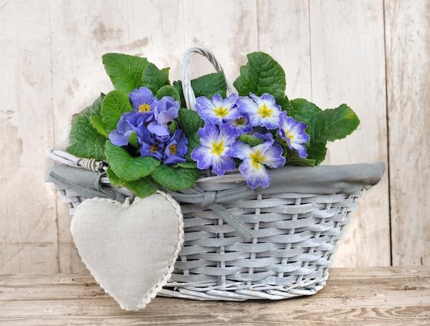 Cesto di fiori romantici