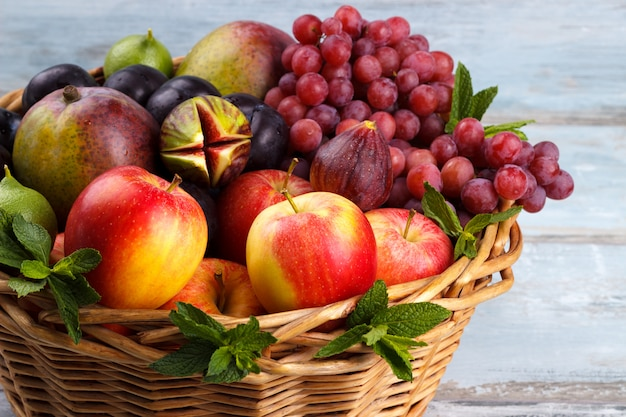 Cesto di frutta fresca biologica