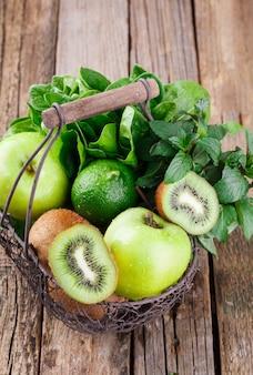 Cesto di frutta verde. vitamina verde