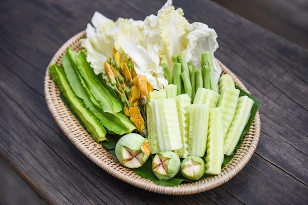 Cesto di verdure tailandese - set di verdure verdi locali con cetriolo melanzane cavolo cinese sesbania grandiflora fagiolo alato e fagiolo lungo