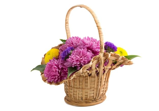 Cesto di vimini con fiori