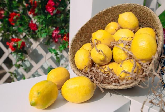 Cesto di vimini con limoni.