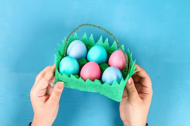 Cesto fai da te uovo di pasqua dal vassoio di cartone