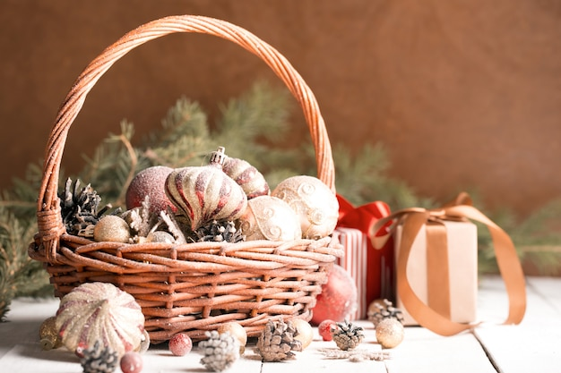 Cesto natalizio con ornamenti