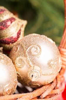 Cesto natalizio e ornamenti dorati