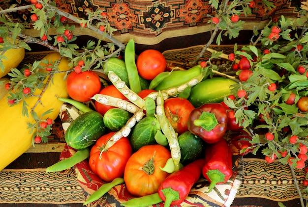Cesto pieno di verdure al festival del raccolto in armenia
