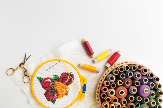Cesto vista dall'alto con filati cucirini e disegno cucito frutta