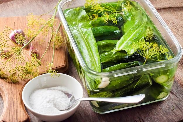 Cetrioli freschi con erbe e spezie preparati per il decapaggio