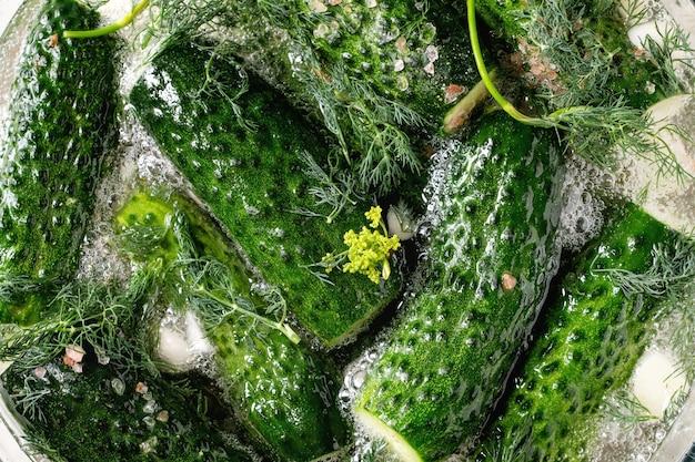 Cetrioli pronti per essere messi in salamoia