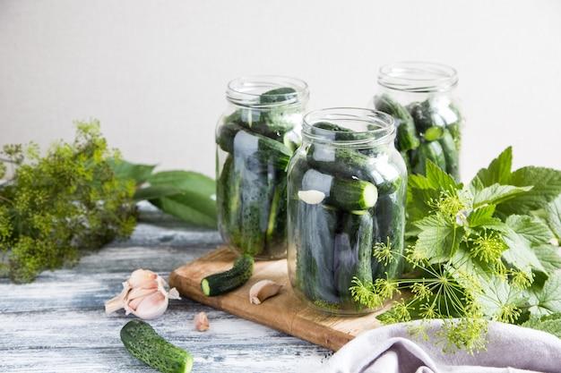 Cetrioli, spezie ed erbe aromatiche in un barattolo di conservazione. conserve vegetali fatte in casa.