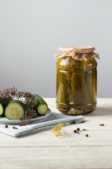 Cetriolini. sottaceti. still life di cetrioli salati cetrioli sottaceto fatti in casa in un barattolo di vetro