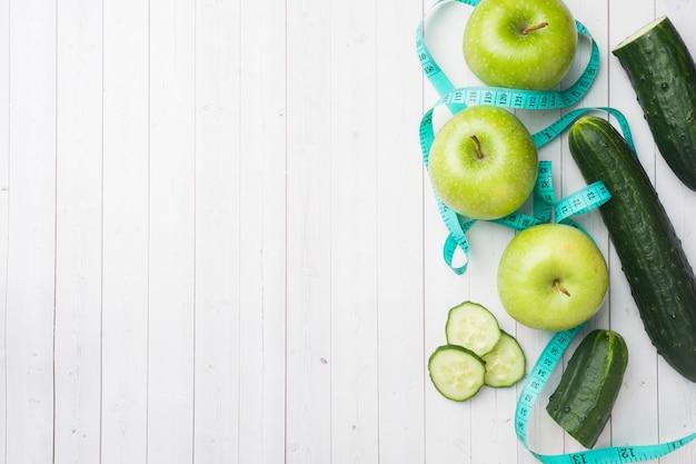Cetriolo di menta verde mela sul tavolo.