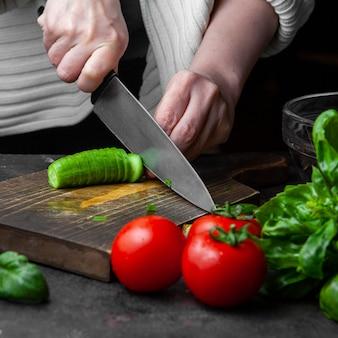 Cetriolo di taglio della donna alla tavola