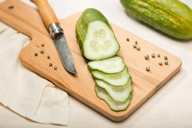 Cetriolo e fette sul tagliere di legno pronto per una gustosa ricetta