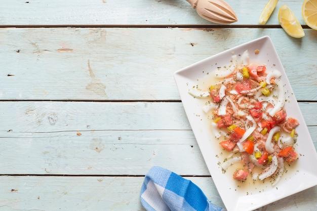 Ceviche con salmone, pomodoro, cipolla, limone