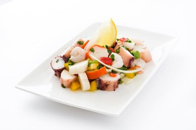 Ceviche tradizionale dei frutti di mare dal perù isolato su superficie bianca