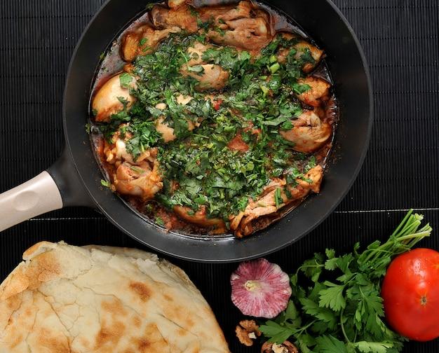 Chakhokhbili - piatto tradizionale georgiano, pollo in umido con erbe e pomodori