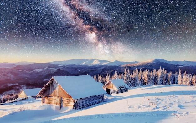 Chalet in montagna di notte sotto le stelle. carpazi, ucraina