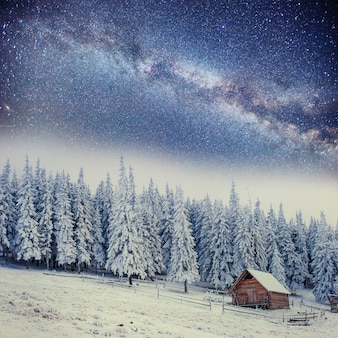 Chalet in montagna di notte sotto le stelle