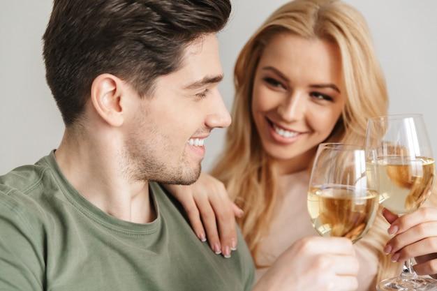 Champagne bevente del vino bianco dell'alcool delle giovani coppie amorose felici.