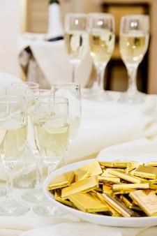 Champagne con spuntino leggero che serve al benvenuto