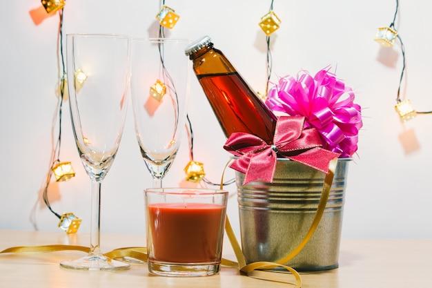 Champagne e vetro freschi si preparano per la celebrazione. candela rossa a natale