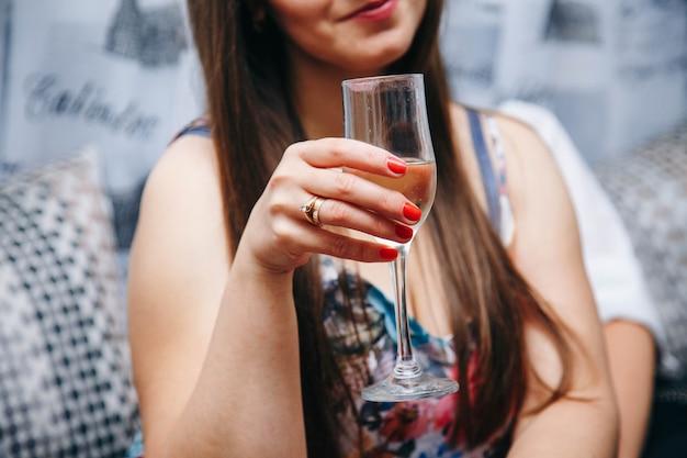 Champagne nella mano di una ragazza. addio al nubilato