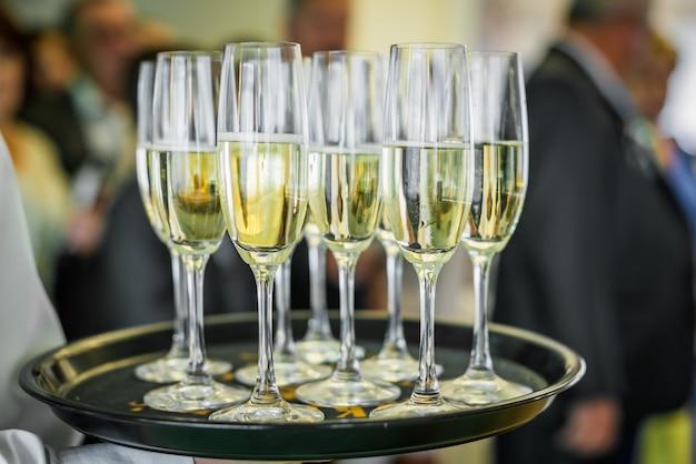 Champagne su un vassoio