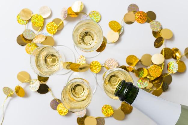 Champagne versando in bicchieri dalla bottiglia