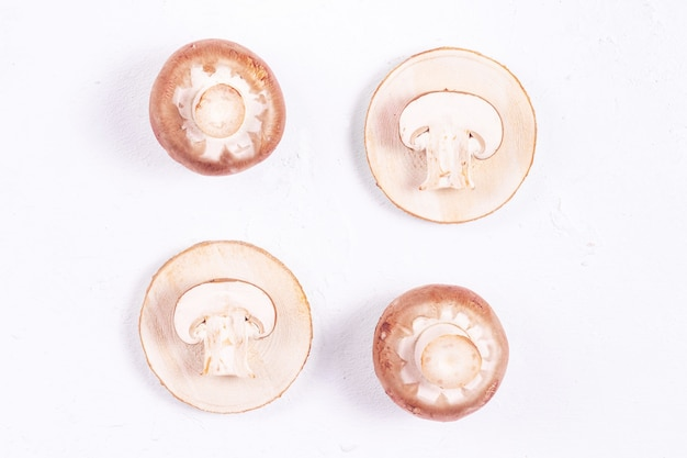 Champignon marroni su un tavolo di legno