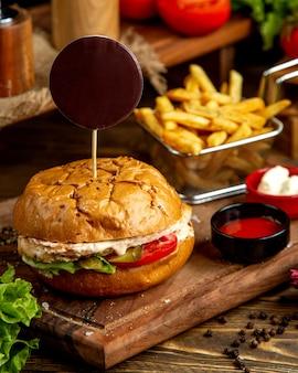 Cheeseburger con patatine fritte e ketchup