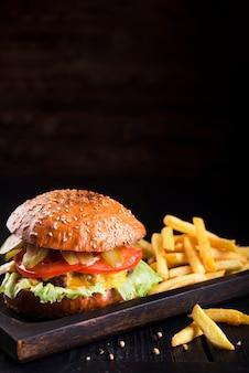 Cheeseburger delizioso con patatine fritte
