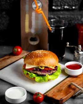 Cheeseburger di carne con cipolle e sottaceti