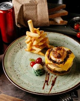 Cheeseburger di verdure fritte con patatine fritte